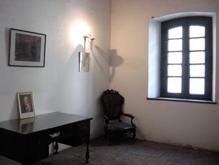 Una de las habitaciones originales con sus rasgos coloniales de la casa