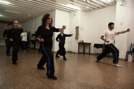 Cecilia Maugeri (adelante) y otros alumnos del Centro San Bao. Foto: Federico Czesli.