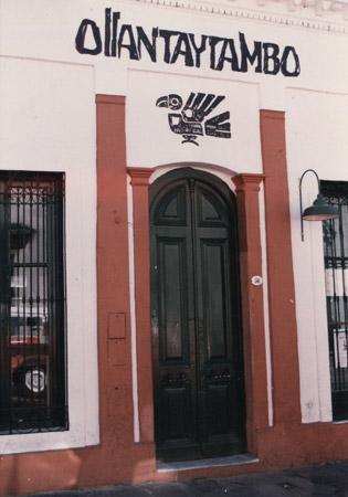 """La entrada al taller """"Ollantaytambo"""", en la calle Estados Unidos."""